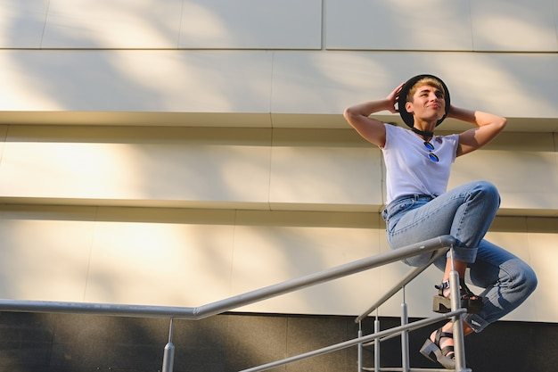 Donna giovane hipster rilassante