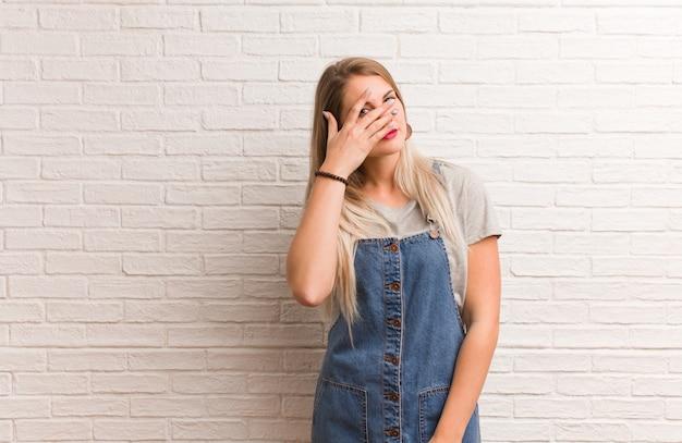 Donna giovane hipster russa imbarazzata e ridendo allo stesso tempo