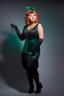 Donna grassoccia retrò cabaret con capelli rossi