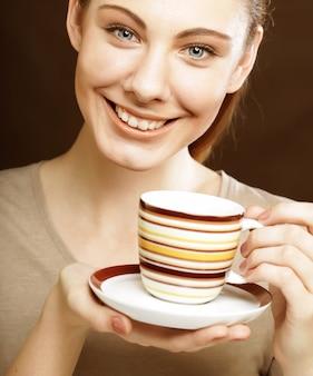 Donna graziosa che beve caffè