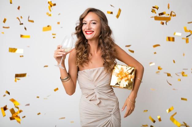 Donna graziosa che celebra i regali della holding del nuovo anno