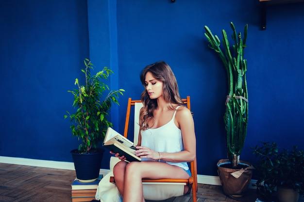 Donna graziosa che legge un libro
