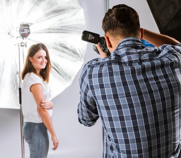 Donna graziosa che posa per la macchina fotografica in studio