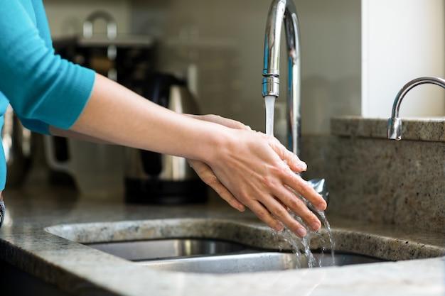 Donna graziosa che si lava le mani