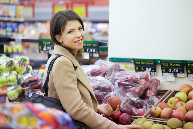 Donna graziosa comprare al supermercato