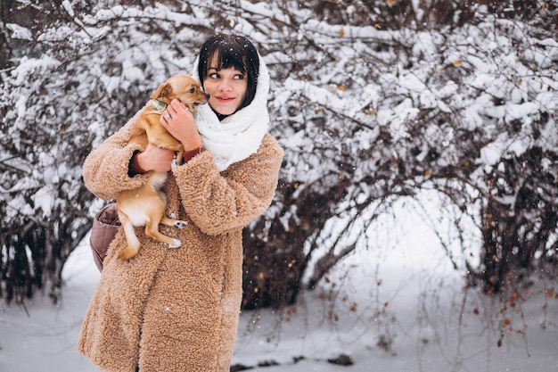 Donna graziosa con il suo piccolo cane carino