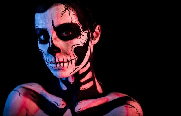 Donna graziosa con il trucco scheletro