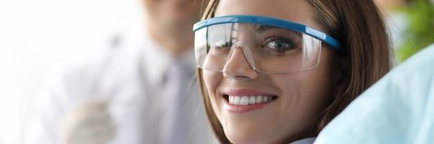Donna graziosa con occhiali protettivi
