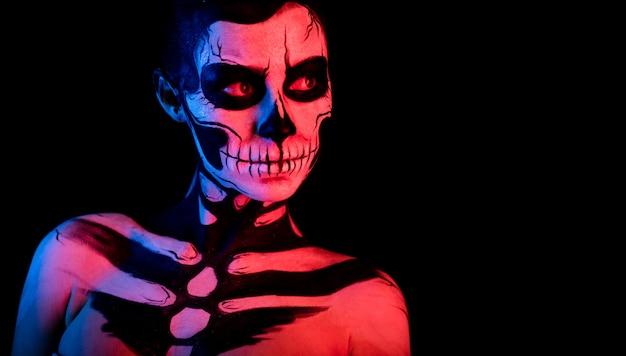 Donna graziosa con tatuaggio scheletro