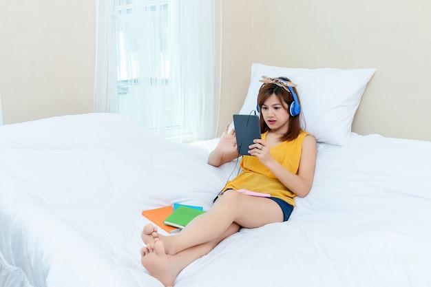 Donna graziosa con tempo di rilassamento a casa