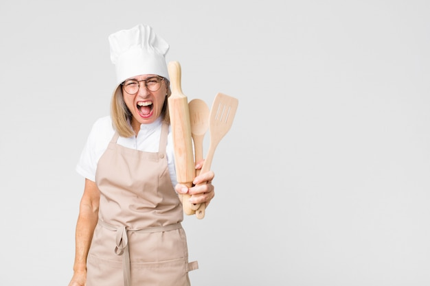 Donna graziosa del fornaio di mezza età