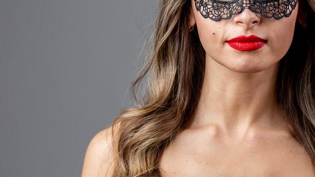 Donna graziosa del primo piano con la mascherina