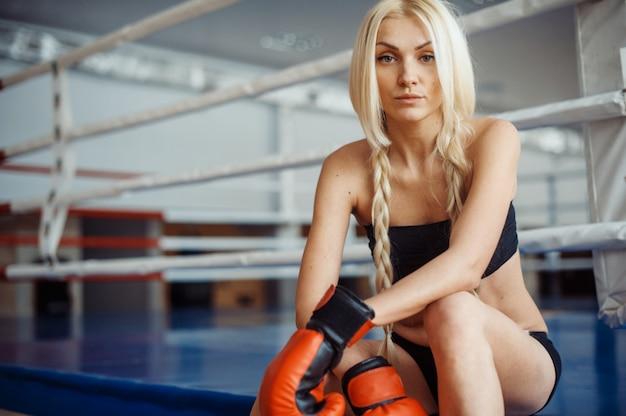 Donna graziosa di sport con guantoni da boxe