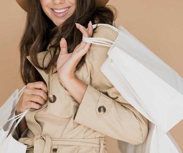 Donna graziosa in cappotto e cappello marrone
