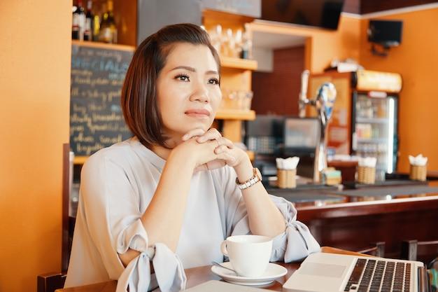 Donna graziosa in coffeeshop