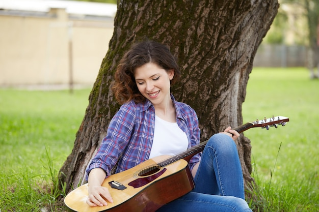 Donna graziosa, suonare la chitarra