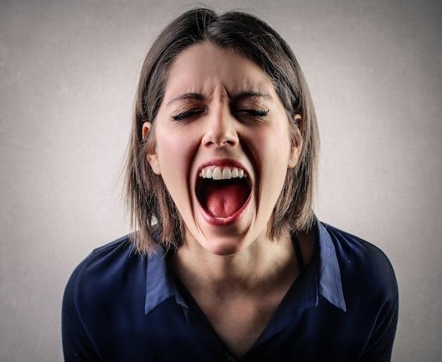 Donna gridando con rabbia