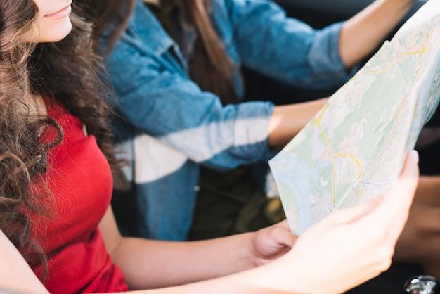 Donna guardando la mappa