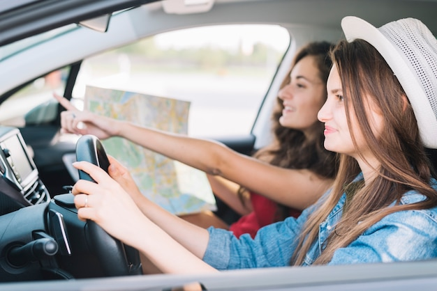 Donna guida auto con passeggero