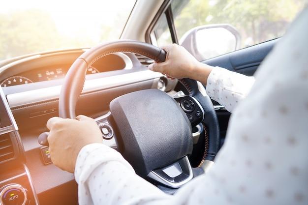 Donna guida auto