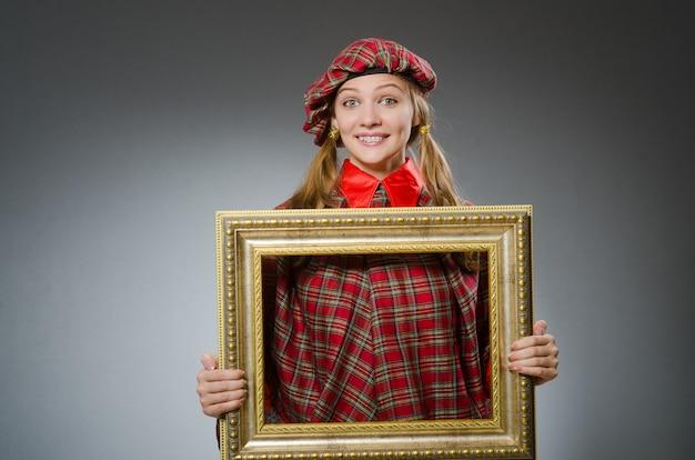 Donna in abbigliamento scozzese nel concetto di arte
