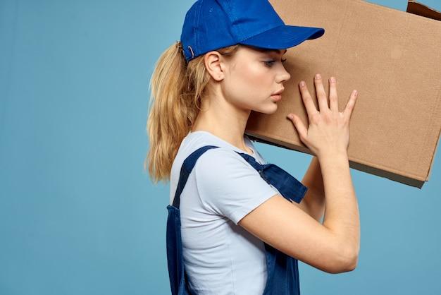 Donna in abiti speciali consegna uomo e caricatore corriere senza contatto