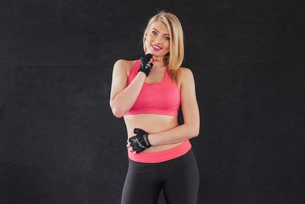 Donna in abiti sportivi con un sorriso