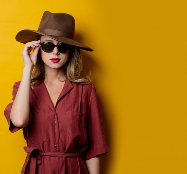 Donna in abiti stile anni '40 e occhiali da sole