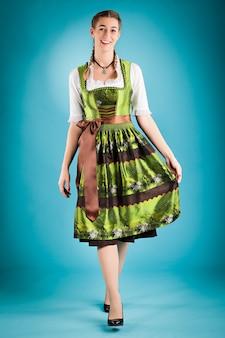 Donna in abiti tradizionali - dirndl o tracht