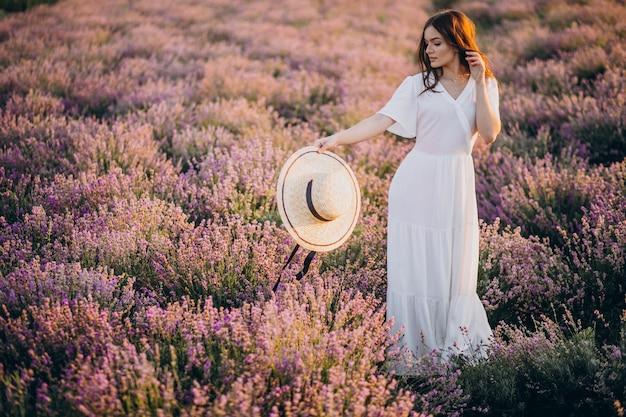 Donna in abito bianco in un campo di lavanda