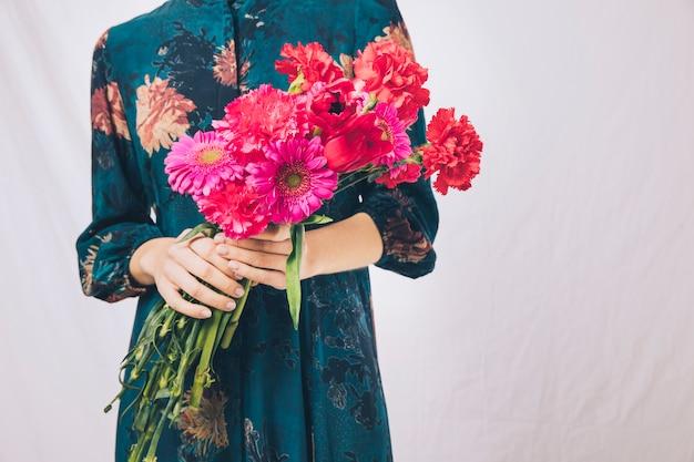 Donna in abito con bouquet di fiori