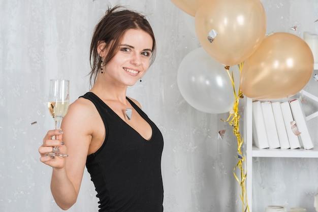 Donna in abito con champagne
