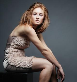 Donna in abito elegante, girato in studio