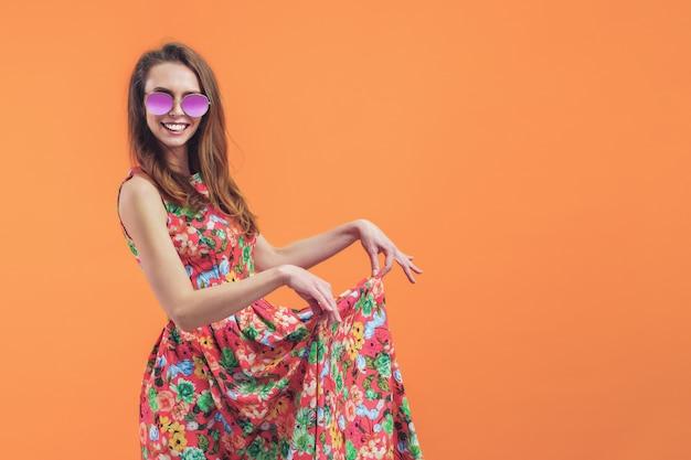 Donna in abito floreale