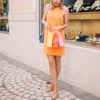 Donna in abito giallo azienda borse della spesa