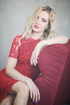 Donna in abito rosso