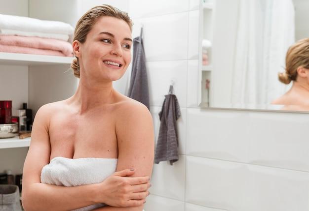 Donna in asciugamano guardando lontano