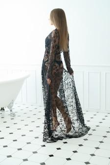 Donna in bagno