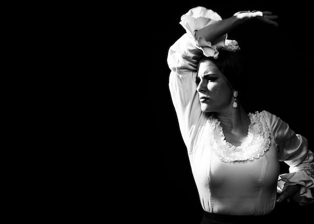 Donna in bianco e nero con lo spazio della copia