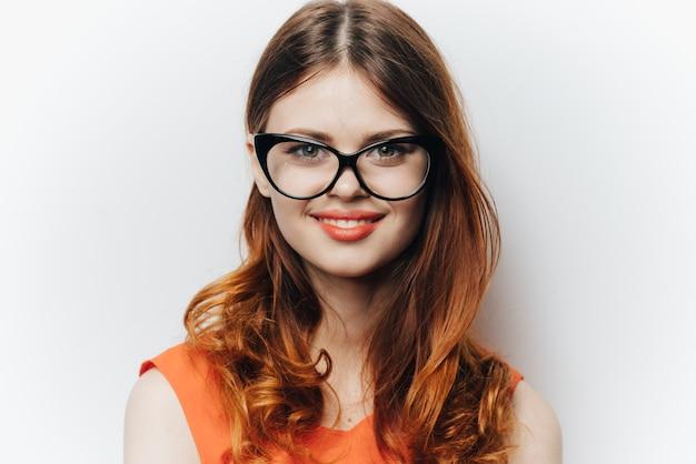 Donna in bicchieri classici da lavoro