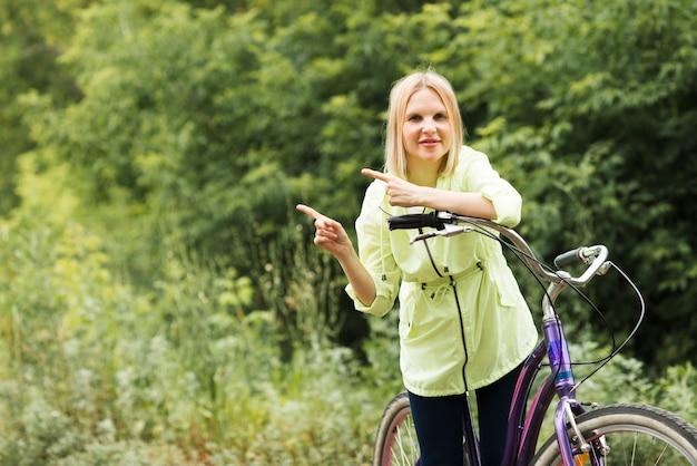 Donna in bicicletta con spazio di copia