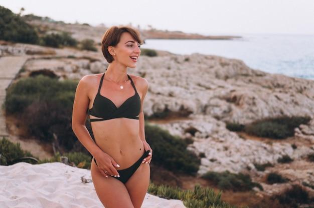 Donna in bikini dall'oceano