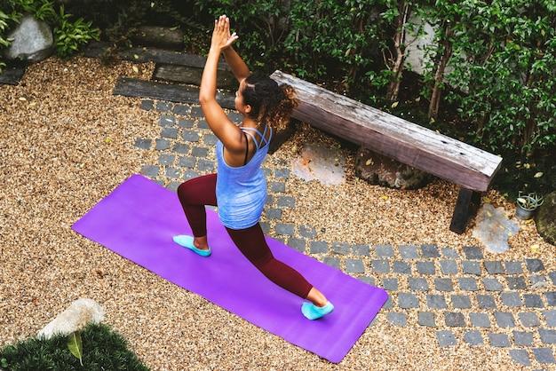 Donna in buona salute che fa yoga