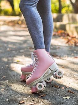 Donna in calzini in posa con pattini a rotelle