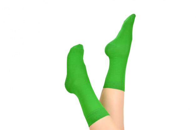 Donna in calzini verdi isolati su bianco