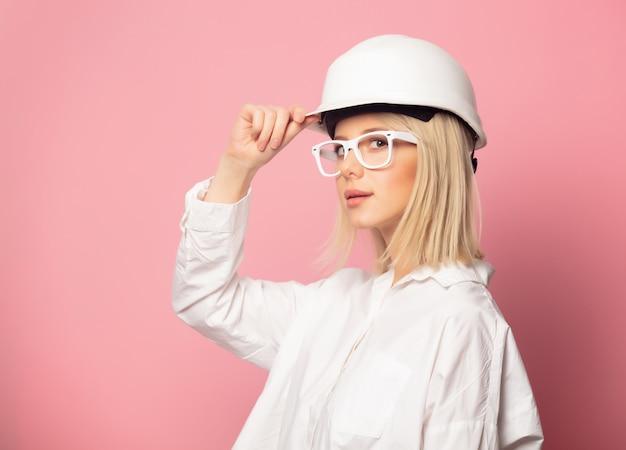 Donna in camicia bianca, occhiali e casco