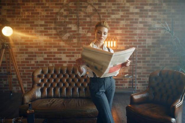 Donna in camicia e pantaloni con bretelle
