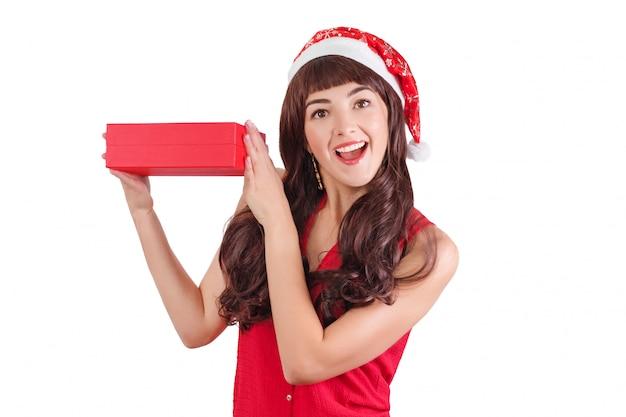 Donna in cappello della santa che tiene il contenitore di regalo di natale