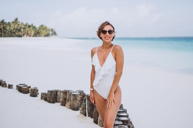 Donna in costume da bagno bianco dall'oceano