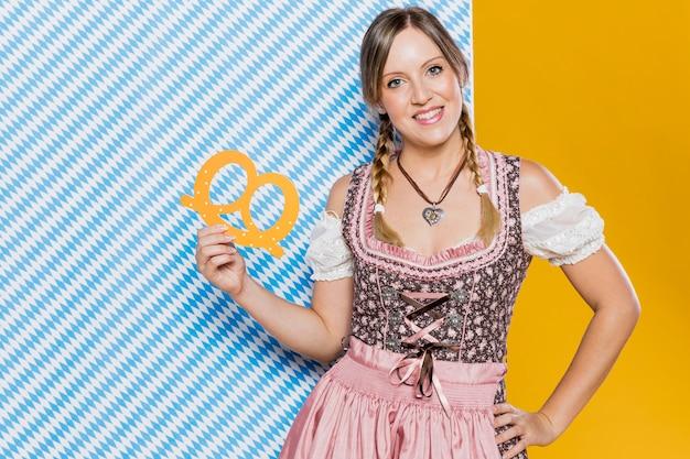 Donna in costume tradizionale pronto per il più oktoberfest